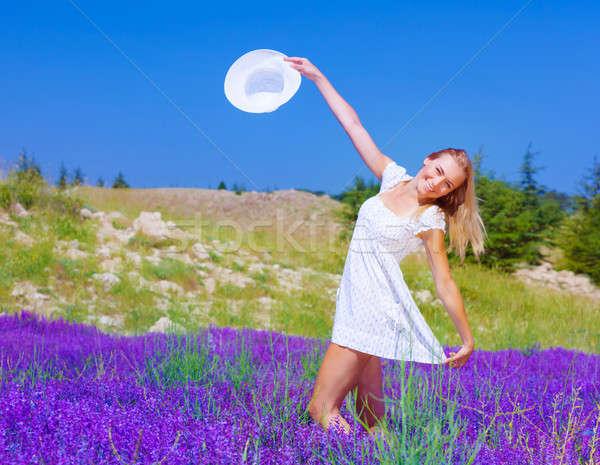 Cute meisje dansen lavendel veld mooie gelukkig Stockfoto © Anna_Om