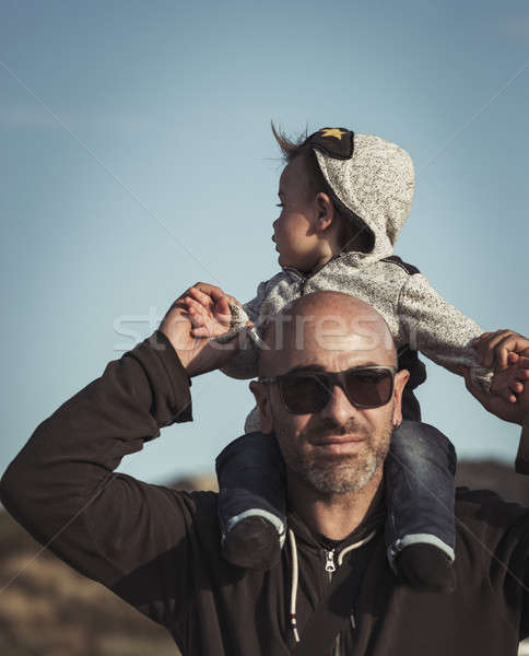 Stok fotoğraf: Mutlu · aile · hayat · çocuk · oturma · omuzlar · yakışıklı