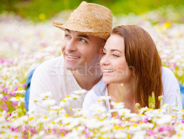 Famille heureuse champ de fleurs romantique couple printemps Photo stock © Anna_Om