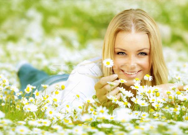 Mooi meisje genieten daisy veld mooie vrouw mooie Stockfoto © Anna_Om