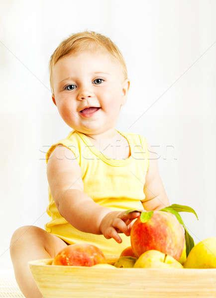 Kicsi baba választ gyümölcsök közelkép portré Stock fotó © Anna_Om