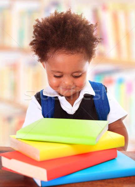 Kicsi okos óvodás könyvtár olvas könyvek Stock fotó © Anna_Om