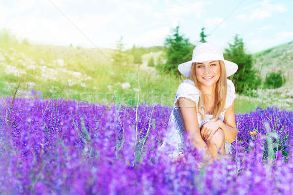 Gelukkig vrouw lavendel veld cute genieten Stockfoto © Anna_Om