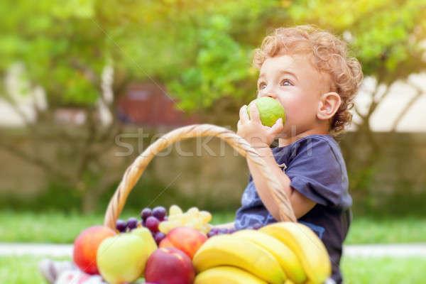 Foto stock: Pequeno · menino · alimentação · maçã · retrato · bonitinho