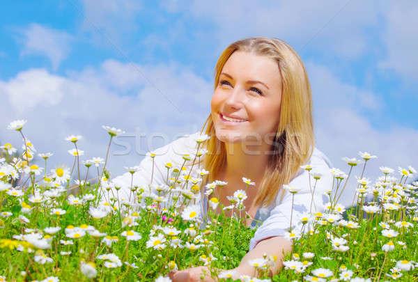Stockfoto: Mooie · vrouw · daisy · veld · cute · vrouwelijke