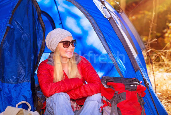Gelukkig kampeerder meisje glimlachend vergadering tent Stockfoto © Anna_Om