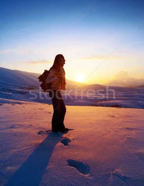 Vrouw reiziger wandelen winter bergen trekking Stockfoto © Anna_Om