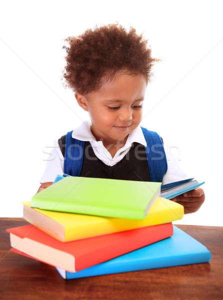 Piccolo nero ragazzo lettura libri ritratto Foto d'archivio © Anna_Om