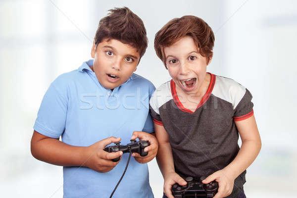 En İyi arkadaşlar oynama ev çılgın duygu video oyunları Stok fotoğraf © Anna_Om