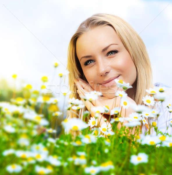 Gyönyörű nő élvezi százszorszép mező kék ég szép Stock fotó © Anna_Om