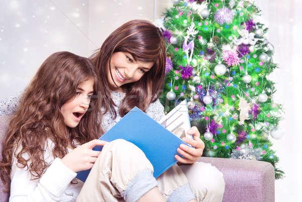 Boldog család karácsonyfa anya lánygyermek olvas könyv Stock fotó © Anna_Om