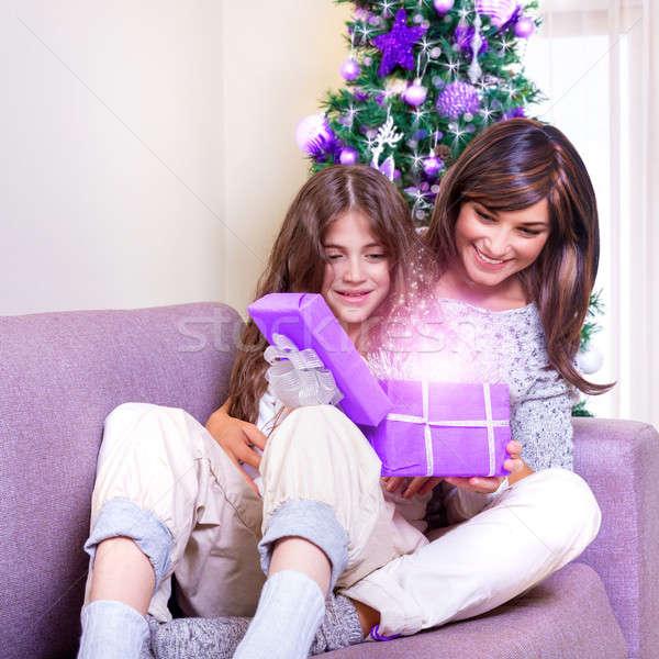 ストックフォト: 開設 · クリスマス · 現在 · 小さな · ブルネット · 母親