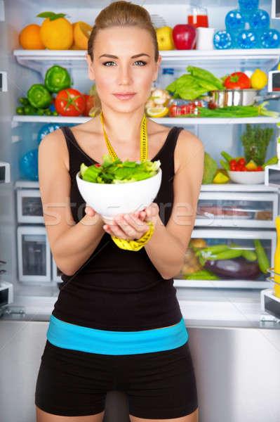Saine femme fraîches salade permanent ouvrir Photo stock © Anna_Om