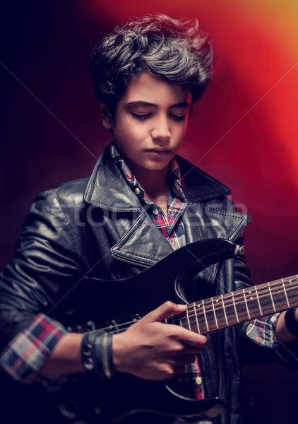 Foto stock: Adolescente · tipo · jugando · guitarra · primer · plano · retrato