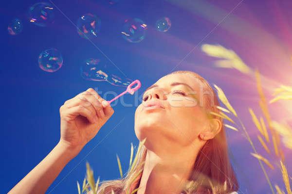 Mooie vrouw zeepbellen portret plezier blauwe hemel Stockfoto © Anna_Om