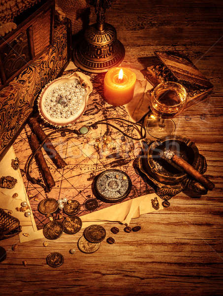 Foto stock: Antigo · fronteira · piratas · natureza · morta · mesa · de · madeira · bússola