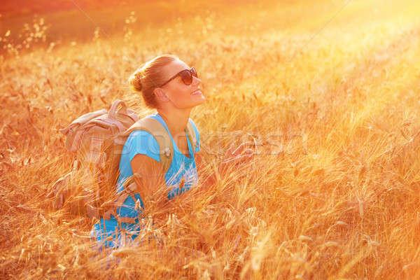 élvezi búzamező naplemente gyönyörű utazó lány Stock fotó © Anna_Om