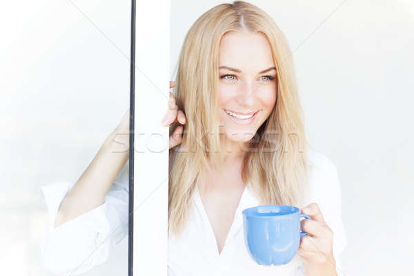 Prachtig vrouw koffiekopje glimlachende vrouw permanente Open Stockfoto © Anna_Om