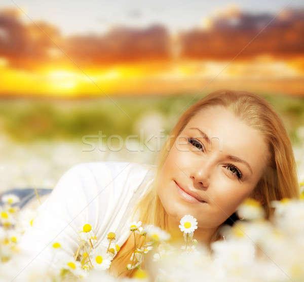 Stock fotó: Gyönyörű · nő · élvezi · virágmező · naplemente · százszorszép · mező