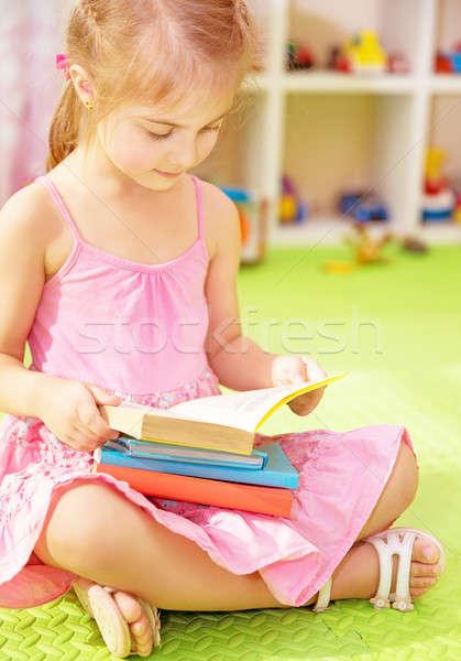 Stock fotó: Aranyos · kicsi · iskolás · lány · ül · otthon · padló