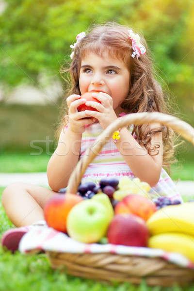 Foto stock: Little · girl · alimentação · maçã · retrato · bonitinho · sessão