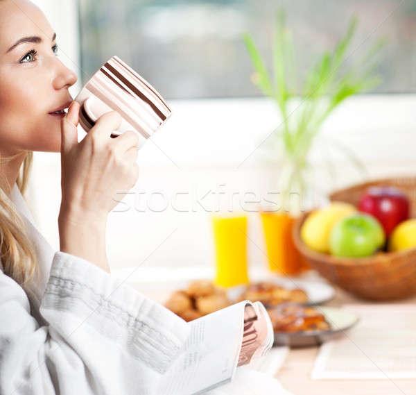 Stock fotó: Gyönyörű · higgadt · fiatal · nő · reggel · kávé · megnyugtató