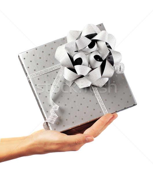 Stockfoto: Vrouwelijke · hand · zilver · geschenkdoos · vrouw