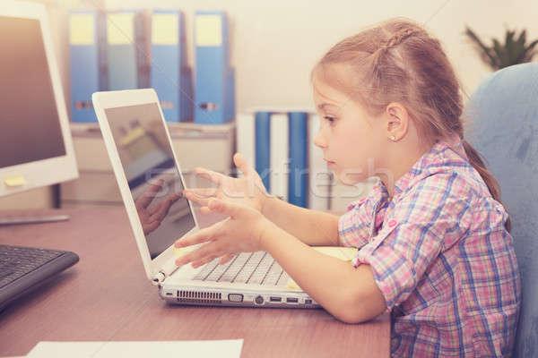Kislány házi feladat laptop oktatás otthon gesztikulál Stock fotó © Anna_Om