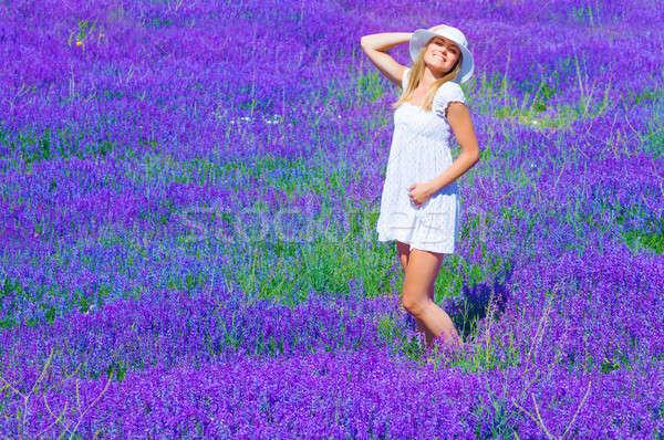 Csinos lány levendula tisztás napozás élvezi Stock fotó © Anna_Om