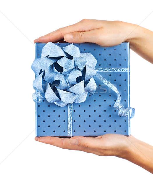 Foto stock: Femenino · manos · azul · caja · de · regalo · mujer