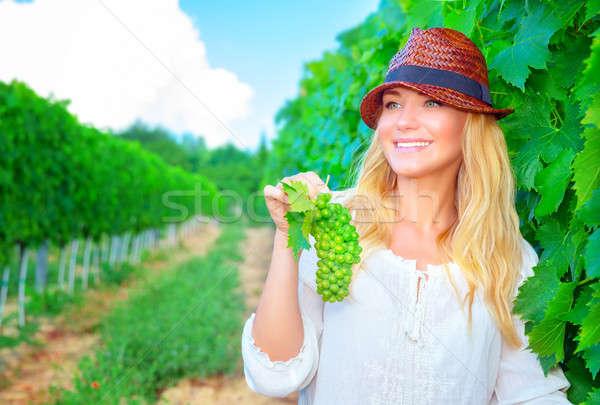Felice agricoltore ragazza sorridere lavoro vigneto Foto d'archivio © Anna_Om