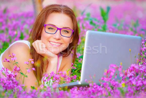 Сток-фото: счастливым · женщины · ноутбука · за · пределами · портрет