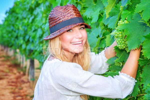 Menina feliz uvas uva campo mulher Foto stock © Anna_Om