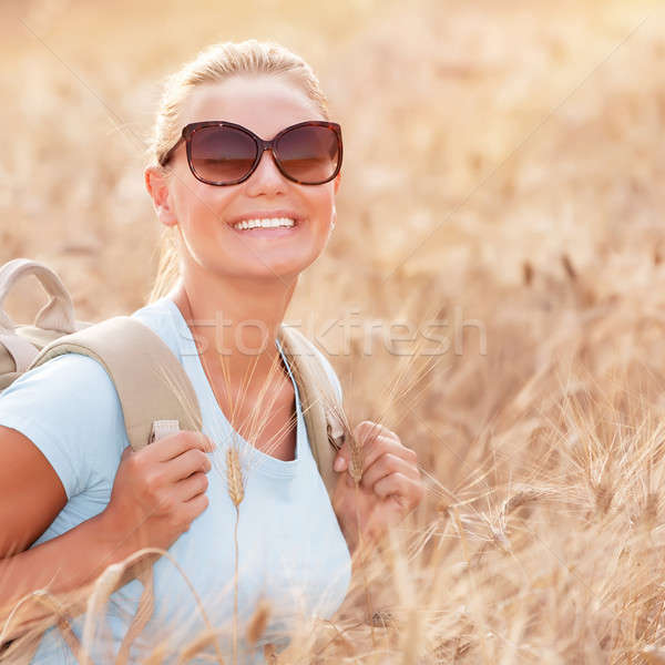 Boldog utazó lány búzamező ül hátizsák Stock fotó © Anna_Om