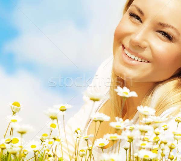 Mujer hermosa Daisy campo cielo azul agradable Foto stock © Anna_Om