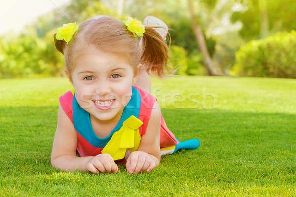 Stock fotó: Aranyos · kislány · park · kép · fekszik · zöld · fű