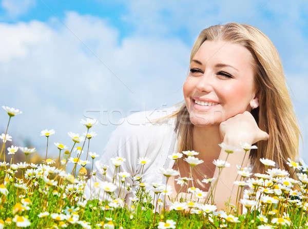 Boldog lány élvezi százszorszép virágmező aranyos természet Stock fotó © Anna_Om