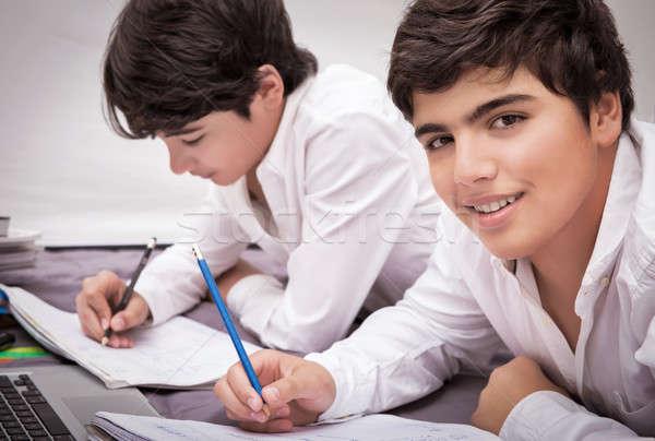 Due ragazzi compiti per casa ragazzi adolescenti home iscritto Foto d'archivio © Anna_Om