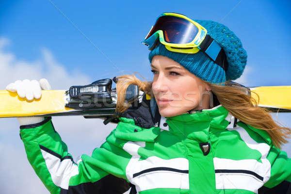 Skiër portret mooie vrouw blauwe hemel Stockfoto © Anna_Om