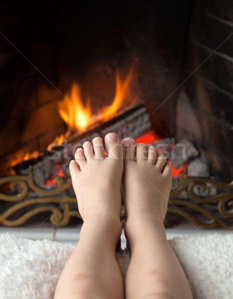 Photo stock: Pieds · cheminée · pieds · nus · feu · laiton · maison