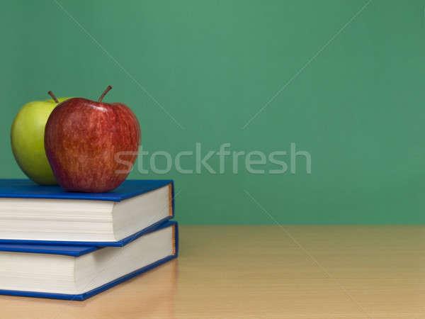 Foto stock: Dois · maçãs · livros · fruto · espaço