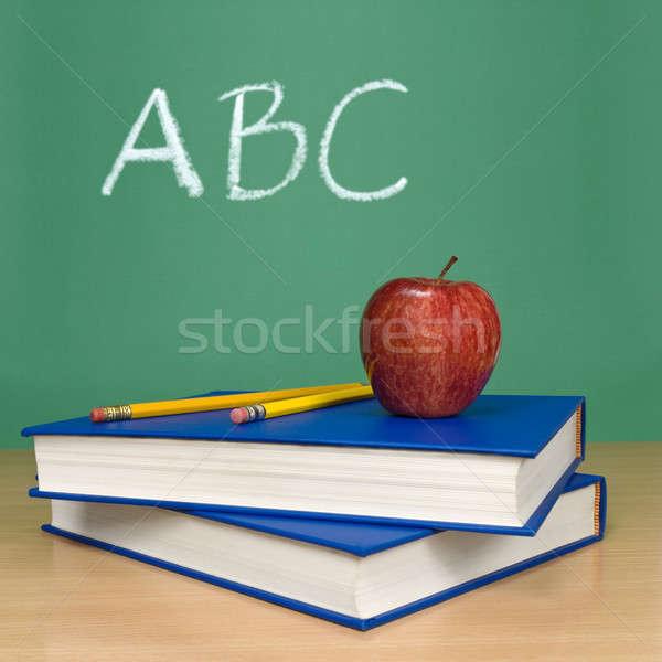 Foto stock: Escrito · quadro-negro · livros · lápis · maçã · primeiro · plano