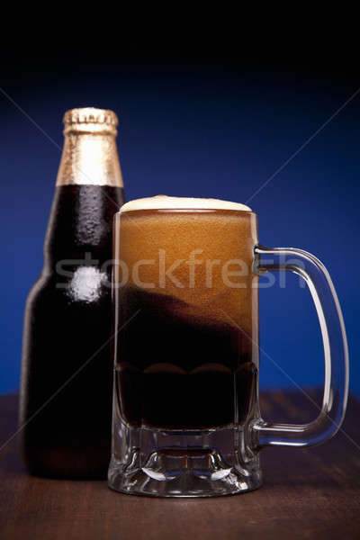 Szkła butelki piwa drewniany stół przestrzeni bar Zdjęcia stock © antonprado