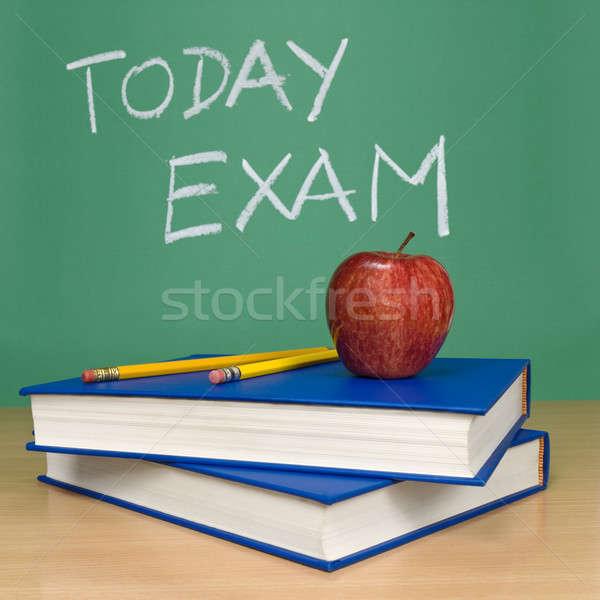 Dzisiaj egzamin napisany Tablica książek ołówki Zdjęcia stock © antonprado