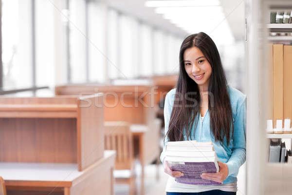 ázsiai főiskolai hallgató portré tart könyvek könyvtár Stock fotó © aremafoto