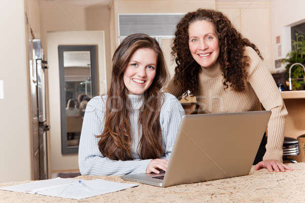 Foto d'archivio: Madre · felice · utilizzando · il · computer · portatile · home · laptop