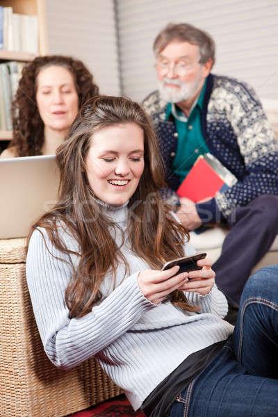 Familie Wireless-Technologie Familie zu Hause Laptop Handy Telefon Stock foto © aremafoto