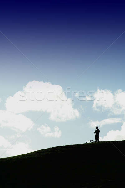 Solitude homme permanent seuls haut colline Photo stock © aremafoto