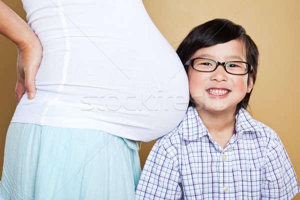 Foto stock: Asia · nino · escuchar · embarazadas · mamá · vientre