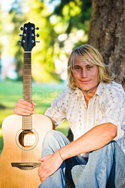 Caucasiano guitarrista tiro parque homem feliz Foto stock © aremafoto